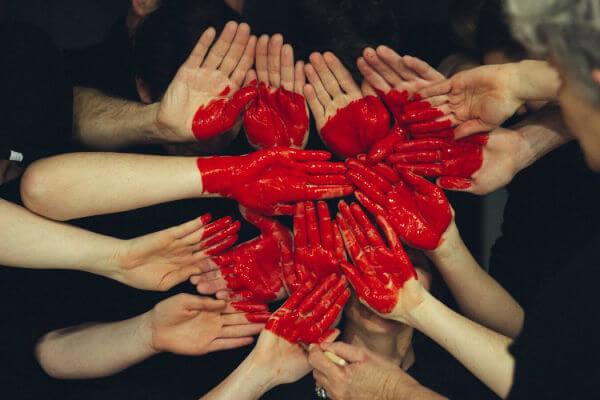 bénévolat femmes mains coeur